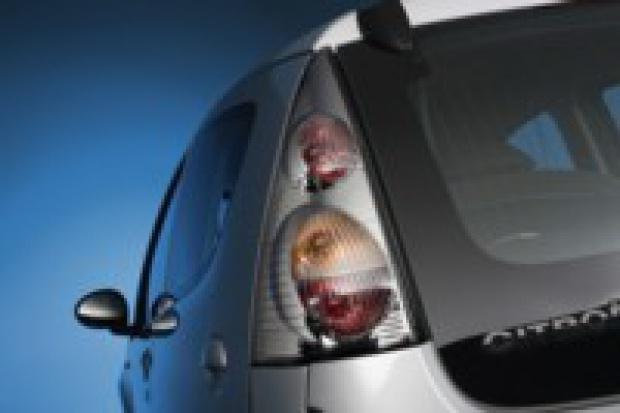 Hella produkuje akcesoryjne lampy zespolone do Peugeota, Citroena i BMW.