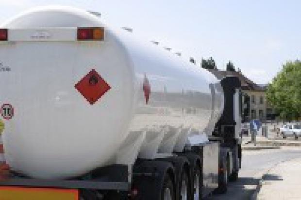 KE krytycznie o pomysłach obniżenia stawek akcyzy na paliwa