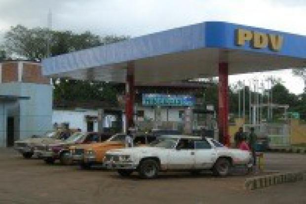 Chavez zapewnia o utrzymaniu dopłat do paliw