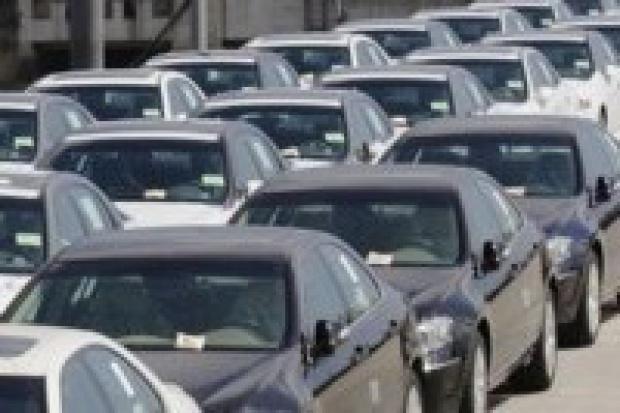 Sprzedaż nowych aut na hamulcu