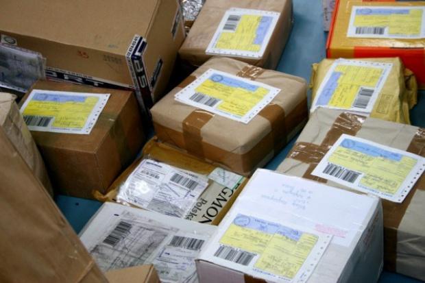 Towar z okradanych na poczcie paczek trafia na internetowe aukcje