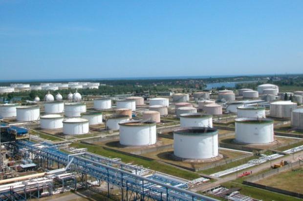 W gdańskiej rafinerii Grupy Lotos zakończono montaż 80-metrowego komina technologicznego