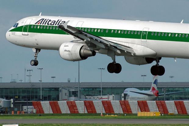 Alitalia będzie odwoływała po 100 lotów dziennie