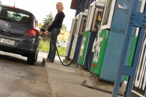 Od trzech miesięcy Polacy rzadziej tankują samochody