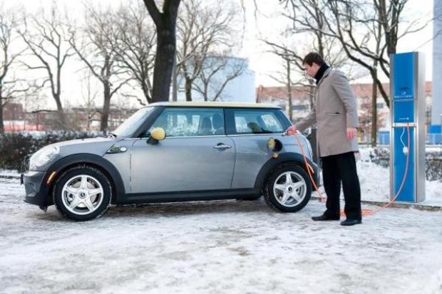 Elektryczne samochody Vattenfall i BMW w Berlinie