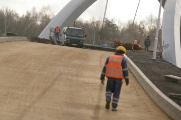 Emeryci mają załatać drogową dziurę