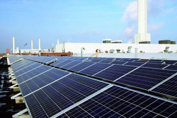 Sześć solarnych boisk piłkarskich na dachu fabryki VW