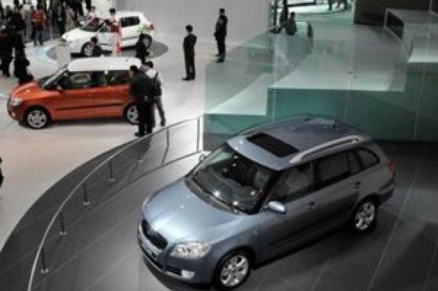 Sprzedaż nowych i import używanych aut w kryzysie
