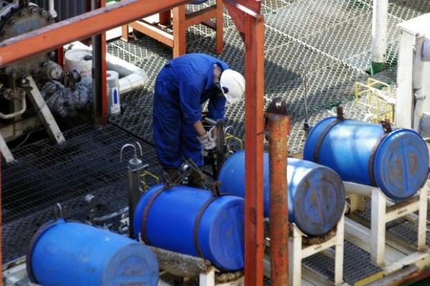 Ropa naftowa wyraźnie tanieje