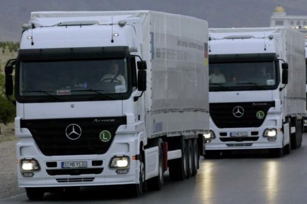 Ciężarowy Mercedes-Benz z tarczą