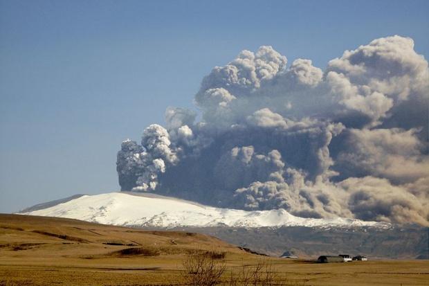 Wulkaniczny pył znów przeszkadza. Odwołano kilkaset lotów