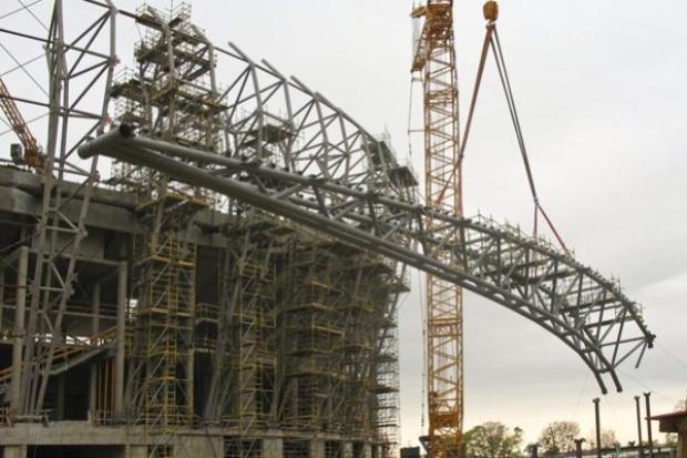 Kolejny etap montażu dźwigarów dachu gdańskiego stadionu