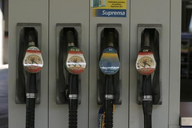 Paliwa na stacjach tanieją, ale ciągle droższe niż rok temu