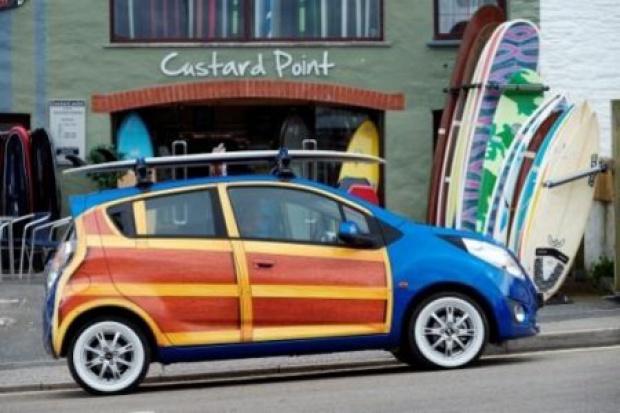 Drewniany Chevrolet na pamiątkę surferom