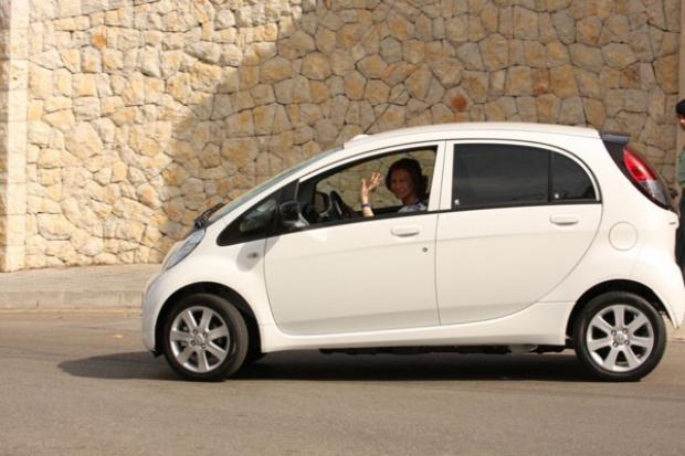 Królowa Zofia pierwszym kierowcą elektrycznego iOn'a.