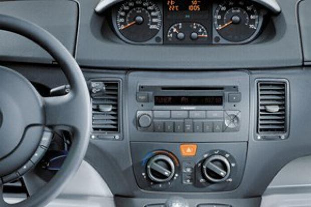 Coraz więcej kierowców słucha radia w samochodzie