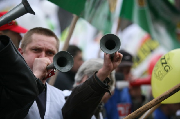 Huk petard i okrzyki: złodzieje! Górnicy demonstrują przed siedzibą KHW