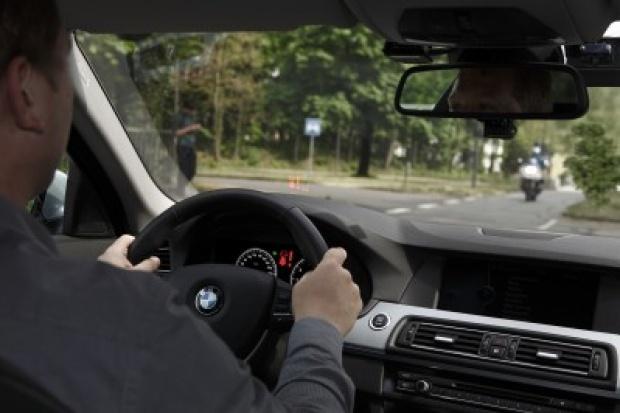 BMW wprowadza asystenta skrętu w lewo