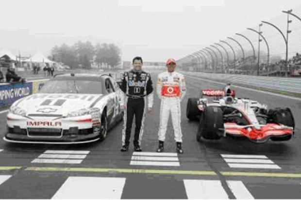 Lewis Hamilton za kierownicą bolidu serii NASCAR