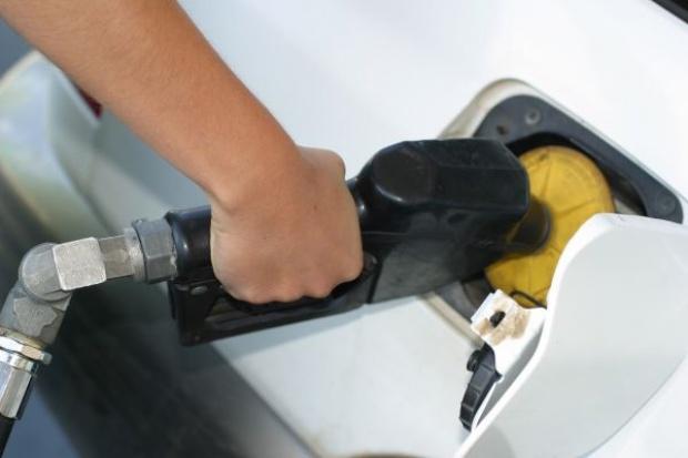 Uwolnienie zapasów ropy nie pomoże polskim kierowcom