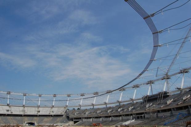 Od środy opuszczanie konstrukcji linowej dachu na Stadionie Śląskim