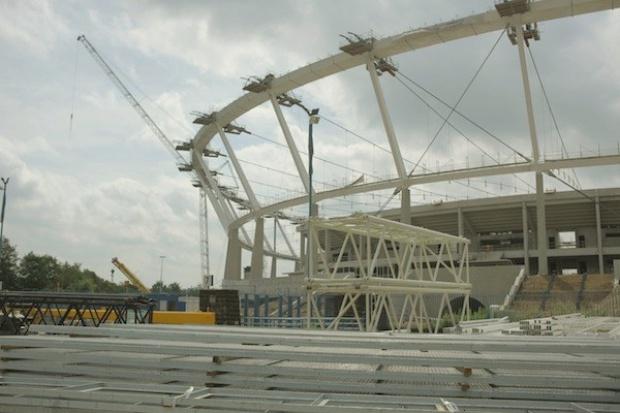 Opóźnia się operacja opuszczania konstrukcji dachu na Stadionie Śląskim