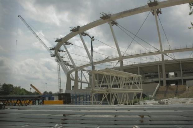 Ruszyło opuszczanie konstrukcji dachu Stadionu Śląskiego