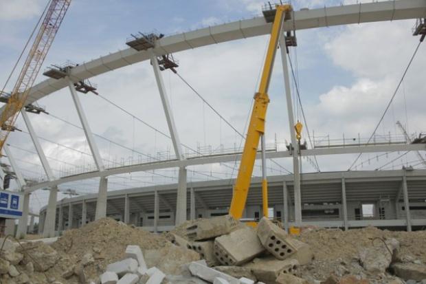 Opuszczanie konstrukcji dachu Stadionu Śląskiego potrwa do końca września