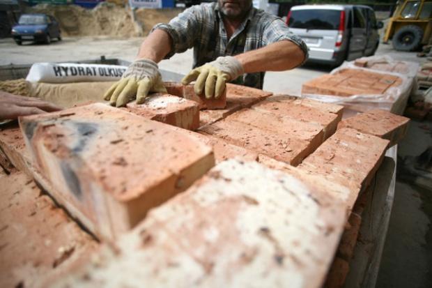 Korekta na plus i minus badań materiałów budowlanych