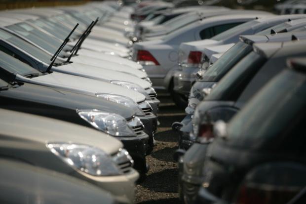 Spada sprzedaż nowych aut