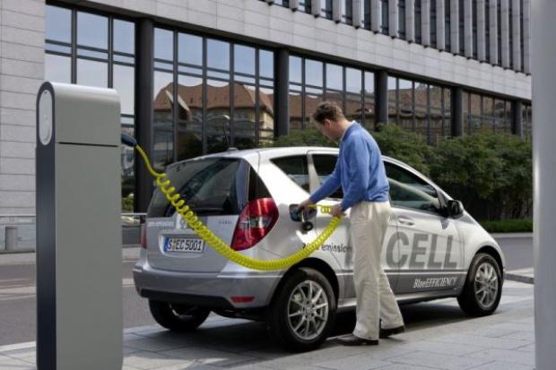Internetowe wsparcie elektrycznych smartów i mercedesów