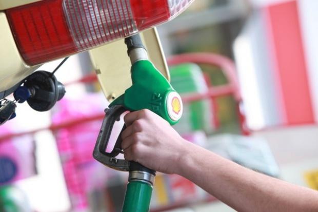 Wspinaczka oleju i bezruch benzyny