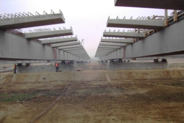 Ponad 300-metrowa estakada powstaje na budowie drogi S7