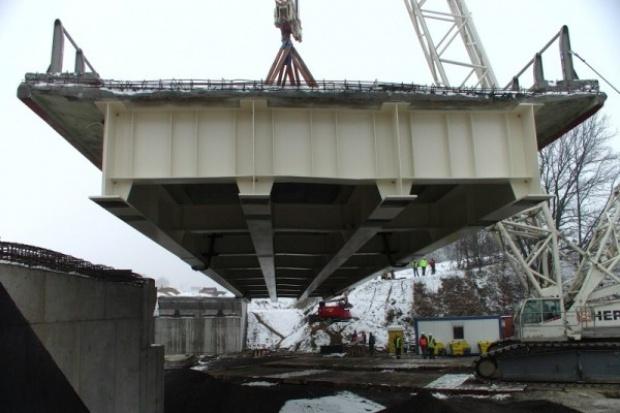 400-tonowe przęsło zamontowano na budowie drogi S6