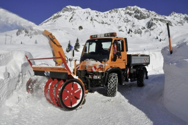 Unimog U 500: 4 skrętne koła vs 10 m śniegu