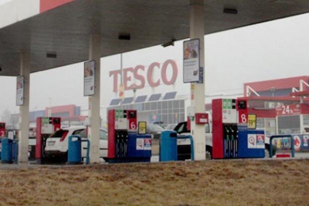 Polacy coraz częściej tankują w hipermarketach
