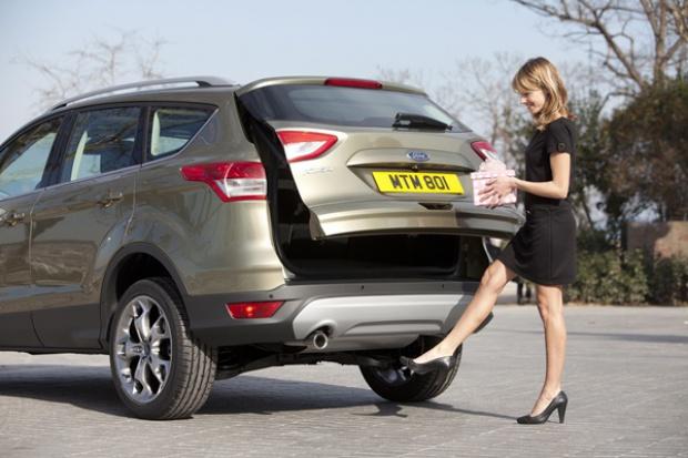 W Fordzie Kuga bagażnik otwiera się ...... nogą