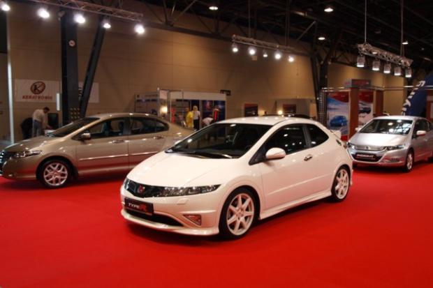 Sprzedaż nowych samochodów nadal spada