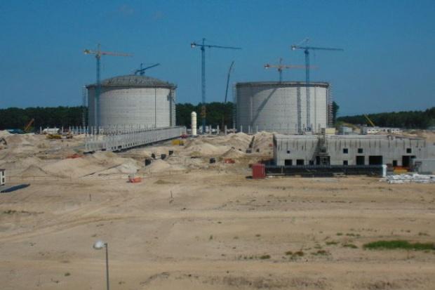 Pierwsza kopuła na zbiorniku LNG w Świnoujściu