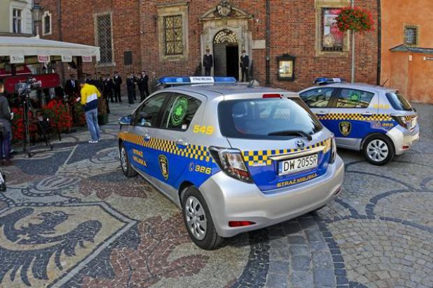 Wrocławscy strażnicy pojeżdżą hybrydowymi yarisami