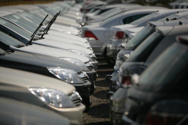 Sprzedaż samochodów w listopadzie mniejsza niż rok temu