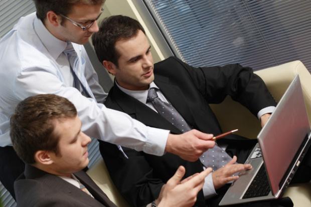 Jak duzi odbiorcy wpływają na inwestycje MŚP w IT?