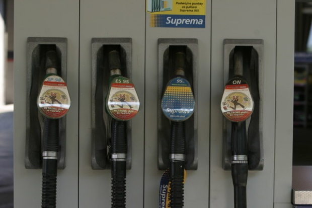 Różnica między cenami paliw się powiększa