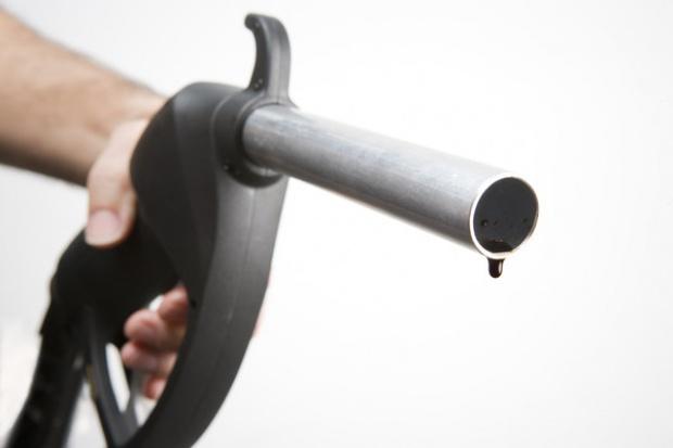 Ceny paliw im cieplej, tym drożej...