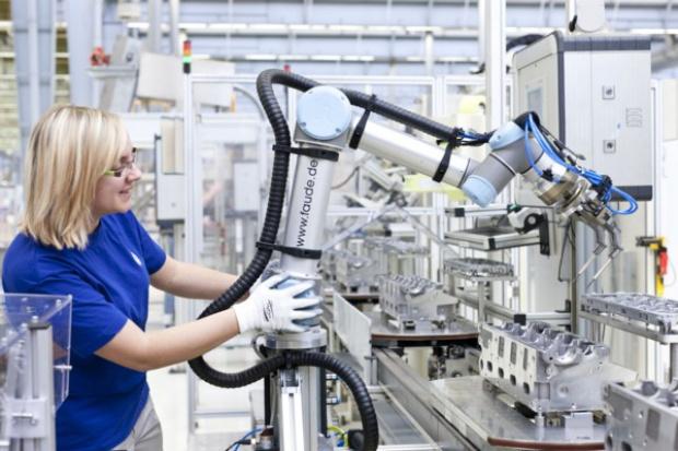 Współpraca człowiek-robot w zakładzie VW w Salzgitter
