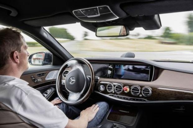 """Mercedesem """"bez trzymanki"""" - znowu kamień milowy w dziejach motoryzacji"""