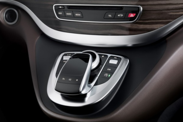 Sterowanie gestami palca we wnętrzu Mercedesa Klasy C