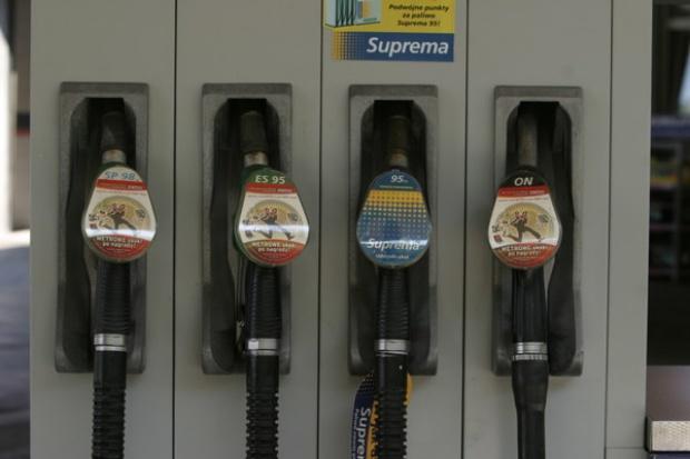 Tradycyjne paliwa tanieją, gaz ciągle w górę