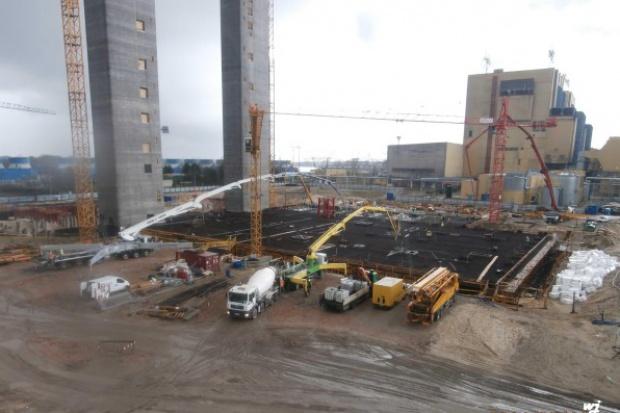 Gigantyczne betonowanie na budowie bloku w Kozienicach
