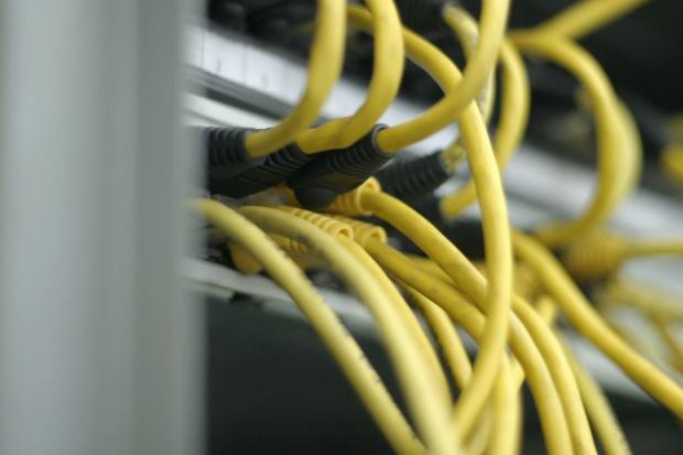 Jakie korzyści daje stosowanie rozwiązań IT w infrastrukturze sieciowej?